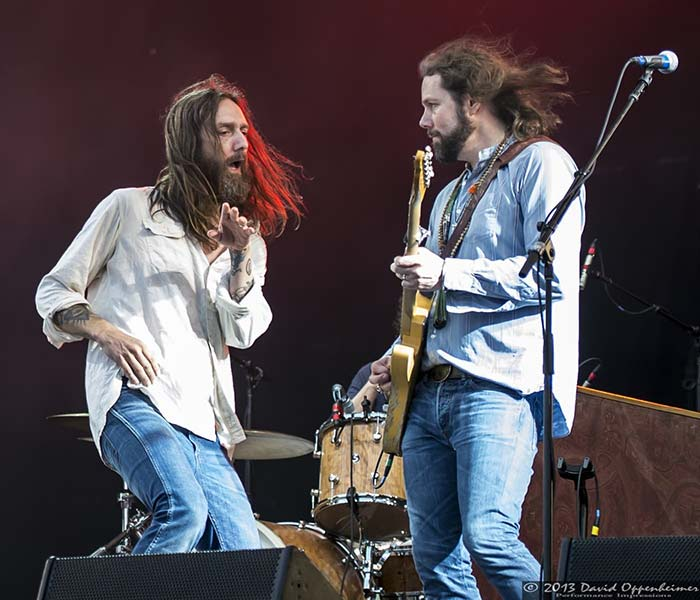 chris and rich robinson performing with the black crowes